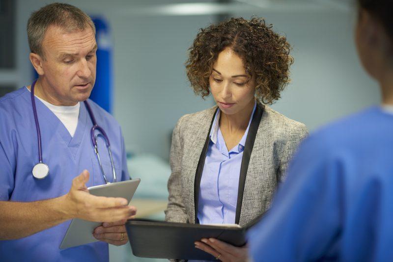 En SPUR-inspektör diskuterar med en läkare.